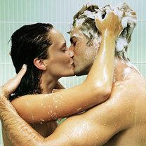 Para całująca się pod prysznicem