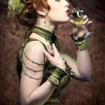 Kobieta pijąca absynt