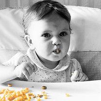 Dziecko je płatki kukurydziane