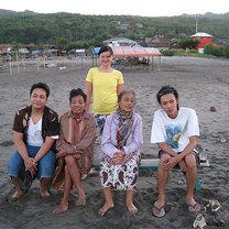 Zdjęcie z lokalną rodziną