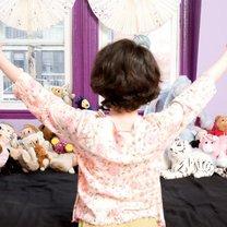 Dziecko robiące porządek w pokoju