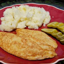 Kotlety z kurczaka z ziemniakami i kiszonym ogórkiem