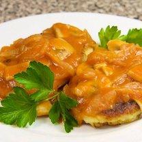 Placki ziemniaczane z sosem pomidorowo-grzybowym
