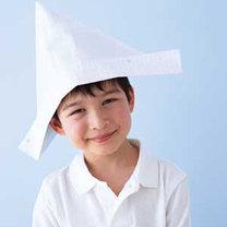 Dziecko z papierowym kapeluszem