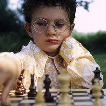 7 letnie dziecko grające w szachy