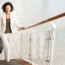 Kobieta wchodząca po schodach