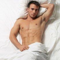 Przystojny mężczyzna w łóżku