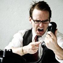 mężczyzna korzyczy do telefonu