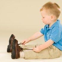 Dziecko ubiera buty