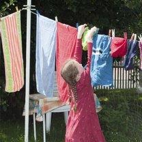 Dziecko wiesza pranie