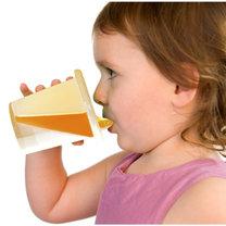 dziecko pijące z kubka