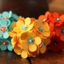 kula styropianowa ozdobiona kwiatkami z papieru