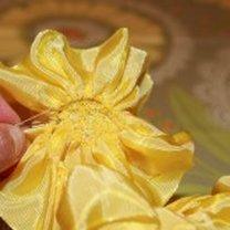 robienie kwiatka z wstążeczki