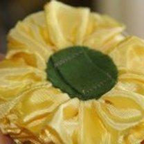 kwiatek z wstążki widok z tyłu