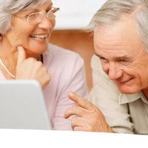 emeryci przed komputerem