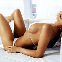 Seksowna kobieta na łóżku