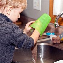Dziecko myje naczynia