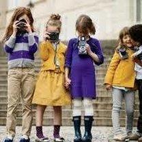 Dzieci z aparatami fotograficznymi