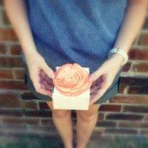 kwiatek naklejony na prezent