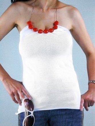bluzka z koralami wiązaną na szyi