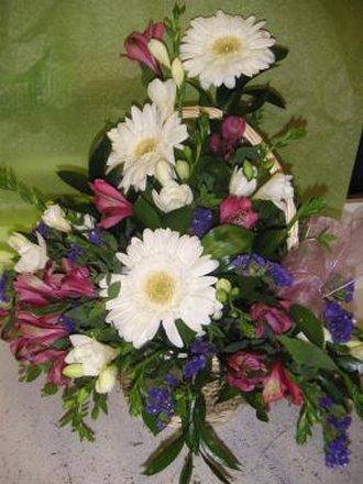 kosz z kwiatami na Wszystkich Świętych