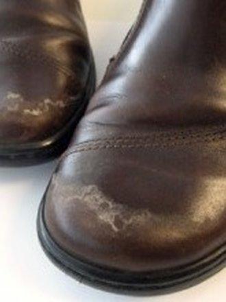 Plamy na butach z soli