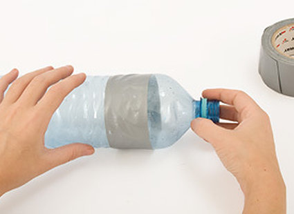 oklejona taśmą butelka