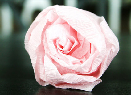 Robienie kuli z papierowych kwiatów 8