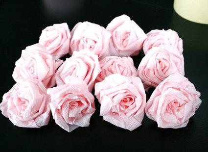 Robienie kuli z papierowych kwiatów 9