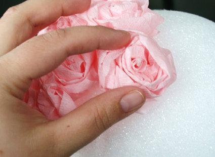 Robienie kuli z papierowych kwiatów 11
