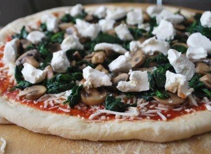 Pizza z pieczarkami, serem mozzarella, serem kozim i szpinakiem