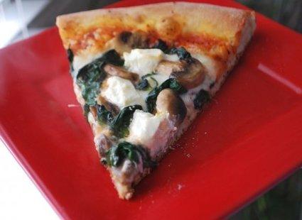 Pizza z pieczarkami, serem kozim i szpinakiem