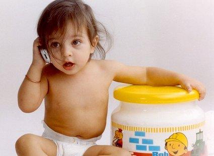 Dziecko rozmawia przez telefon
