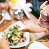 Kobieta jedząca sałatki