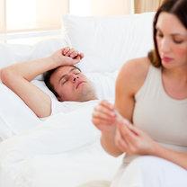 kobieta opiekująca się mężczyzną