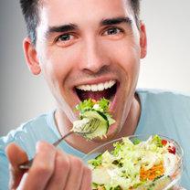 mężczyzna przy posiłku