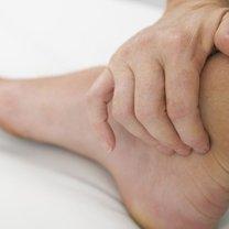 opuchnięta lewa stopa