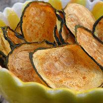 Chipsy z cukinii w misce