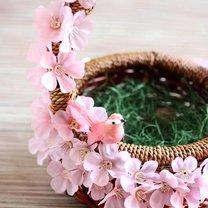 koszyk wielkanocny z kwiatami