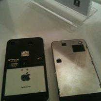Podróbka iPhone 4 i oryginał (po prawej)