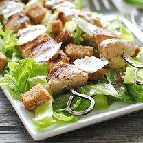 Kebab z kurczaka z sałatką cezar