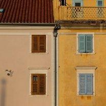 Pastelowe kolory domów na placu Tartiniego w Pirano