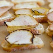 Crostini z serem pleśniowym i gruszką
