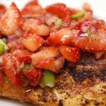 Grillowany kurczak z salsą truskawkową