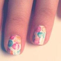 wzór kwiatowy na paznokciach