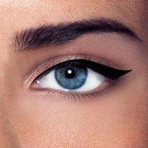 malowanie kreski eyelinerem