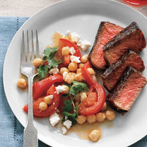 Stek z cieciorką, pomidorami i fetą
