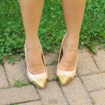 Buty ze złotym czubkiem