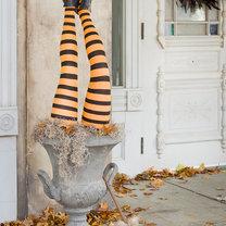 dekoracja na Halloween - nogi czarownicy