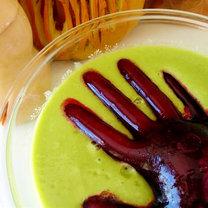 Ręka z zamrożonego soku z buraków na Halloween